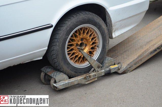 Як в центрі Івано-Франківська патрульні евакуйовували «БМВ» (ВІДЕО), фото-3