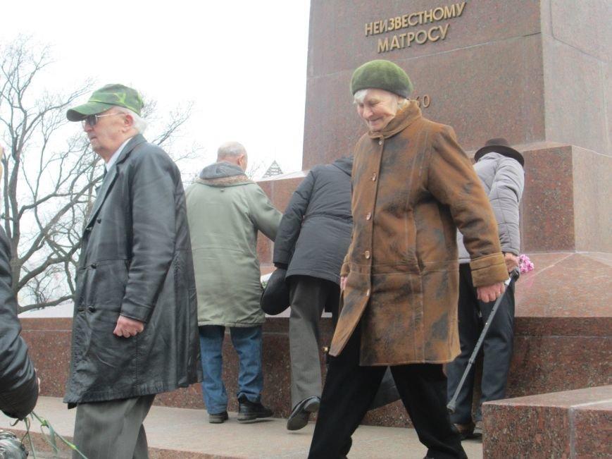ae76d486ec8c34f88b42de5b72d19b8c В Одессе День советской армии сепаратисты отметили с власовскими лентами