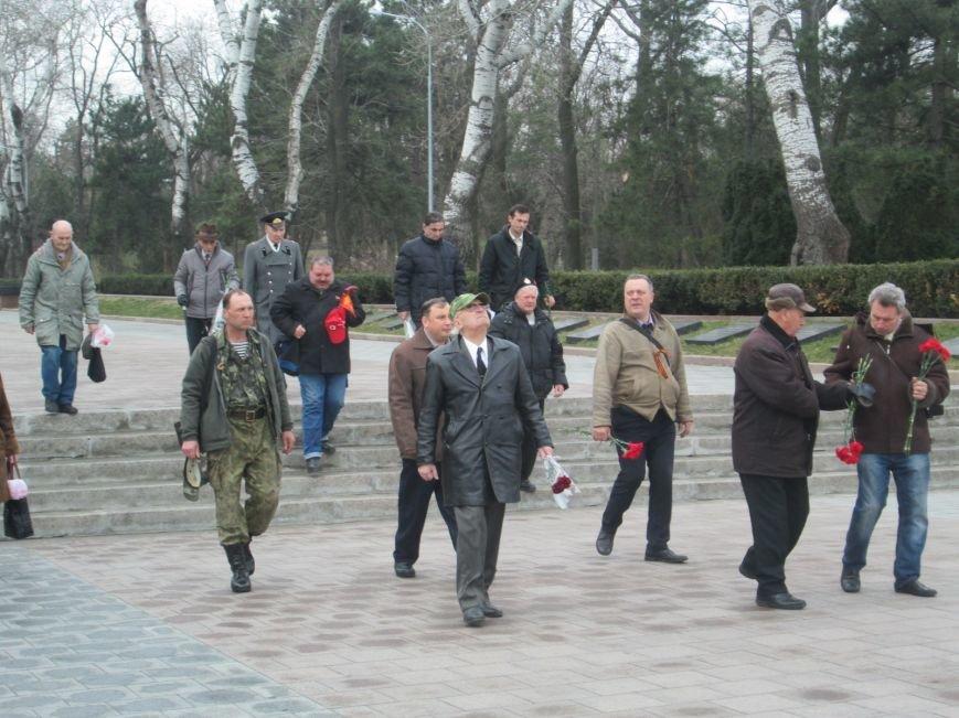 b8cb0af1bdbb67b2eb4ebf39b503d56e В Одессе День советской армии сепаратисты отметили с власовскими лентами