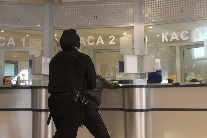 Як ужгородські поліцейські затримували грабіжника банку? (ФОТО), фото-9