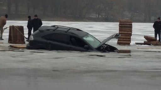 На Сумщине  джип провалился под лед (ФОТО) (фото) - фото 1