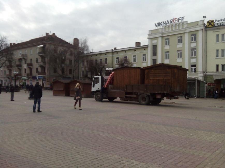 На Театрального майдану триває демонтаж дерев'яних кіосків (ФОТОФАКТ) (фото) - фото 1