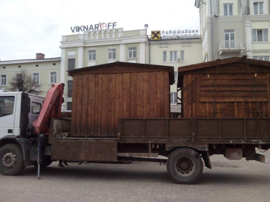 На Театральному майдані триває демонтаж дерев'яних кіосків (ФОТОФАКТ) (фото) - фото 2