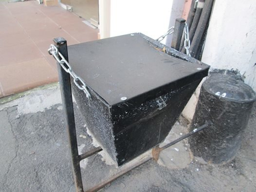 Очевидное - невероятное. В Одессе нашли мусорку, в которую невозможно выбросить мусор (ФОТО) (фото) - фото 1
