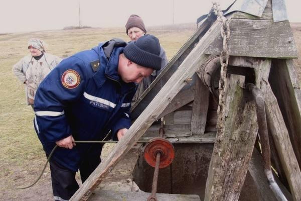 На Тернопільщині чоловік провалився у 9-метровий колодязь (фото) (фото) - фото 1