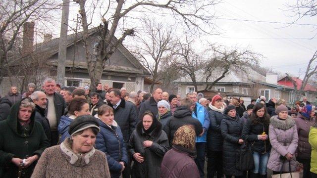 На Тернопільщині пронесли вкриту квітами труну із тілом воїна, який загинув від кулі снайпера (ФОТО) (фото) - фото 1