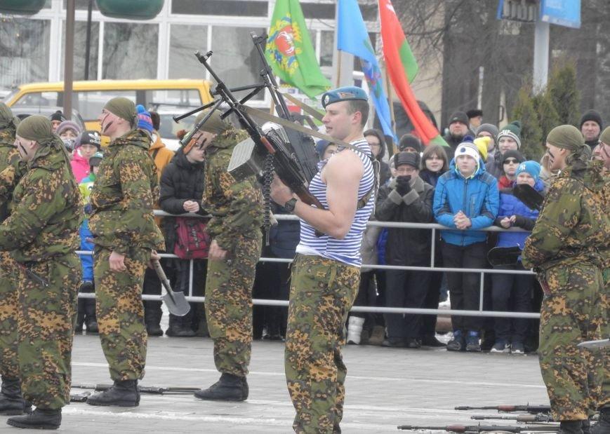 Полевая кухня и «захват заложников». В Витебске на главной площади отметили День защитника Отечества, фото-11