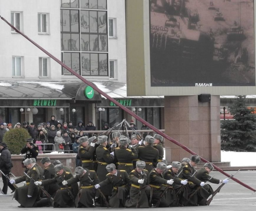 Полевая кухня и «захват заложников». В Витебске на главной площади отметили День защитника Отечества, фото-14