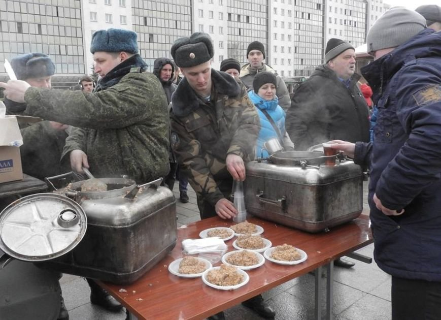 Полевая кухня и «захват заложников». В Витебске на главной площади отметили День защитника Отечества, фото-12