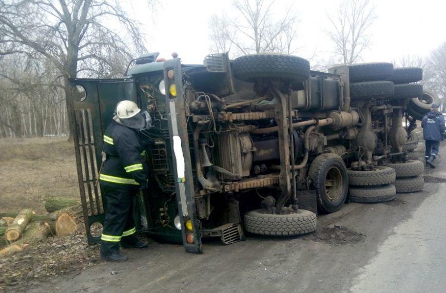 На автодороге Сумы-Полтава перевернулся груженый «КамАз» (фото) - фото 1