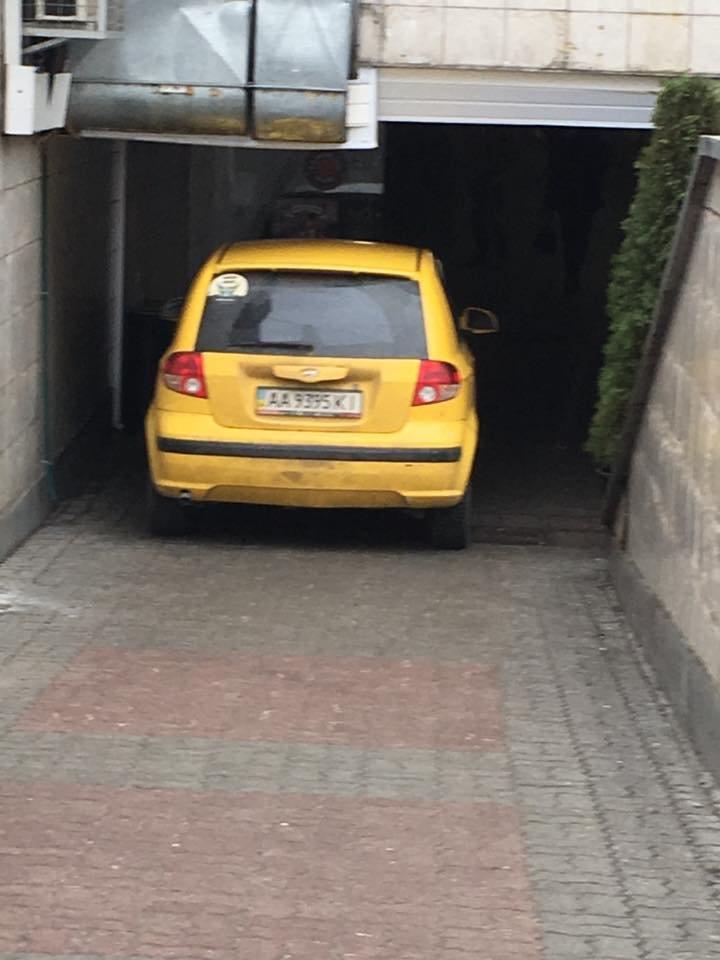 В Киеве герой парковки бросил машину в подземном ТРЦ (ФОТОФАКТ) (фото) - фото 1