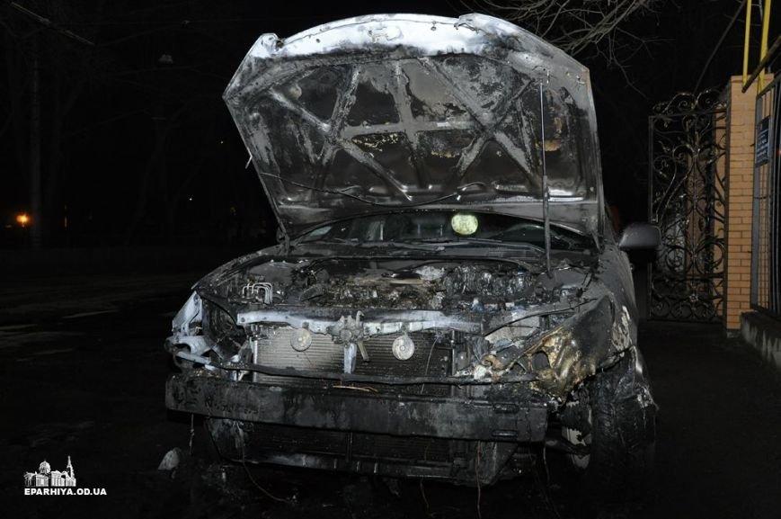 В Одессе священнику облили бензином и подожгли дорогую машину (ФОТО) (фото) - фото 1