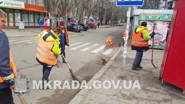На дороги Николаева выгнали коммунальщиков с метлами (ФОТО) (фото) - фото 3
