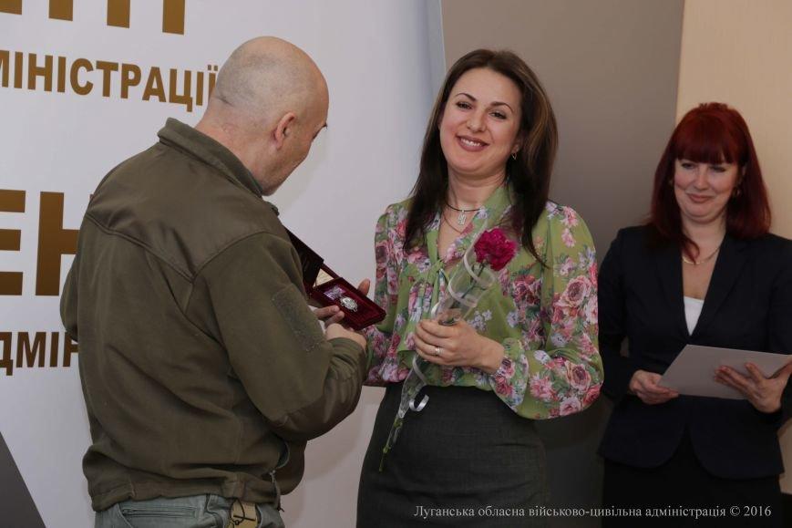 Губернатор Луганской области наградил лучших волонтеров (ФОТО) (фото) - фото 2