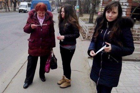 Сотрудники библиотеки им. Леси Украинки вышли на улицу (фото) (фото) - фото 2
