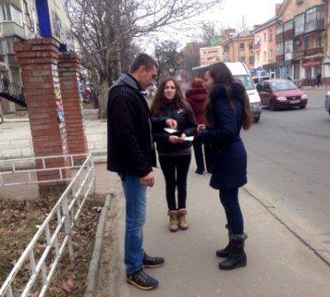 Сотрудники библиотеки им. Леси Украинки вышли на улицу (фото) (фото) - фото 1