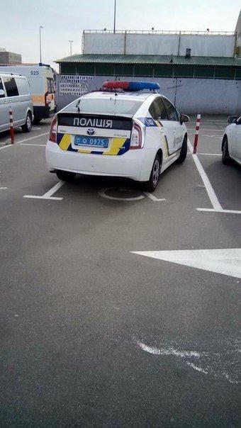 В сети появилось фото авто одесской патрульной полиции на парковке для инвалидов (ФОТО) (фото) - фото 1