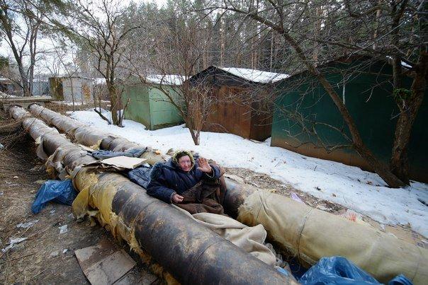 В новой Москве в Троицке на теплотрассе живут бомжи (фото) - фото 1