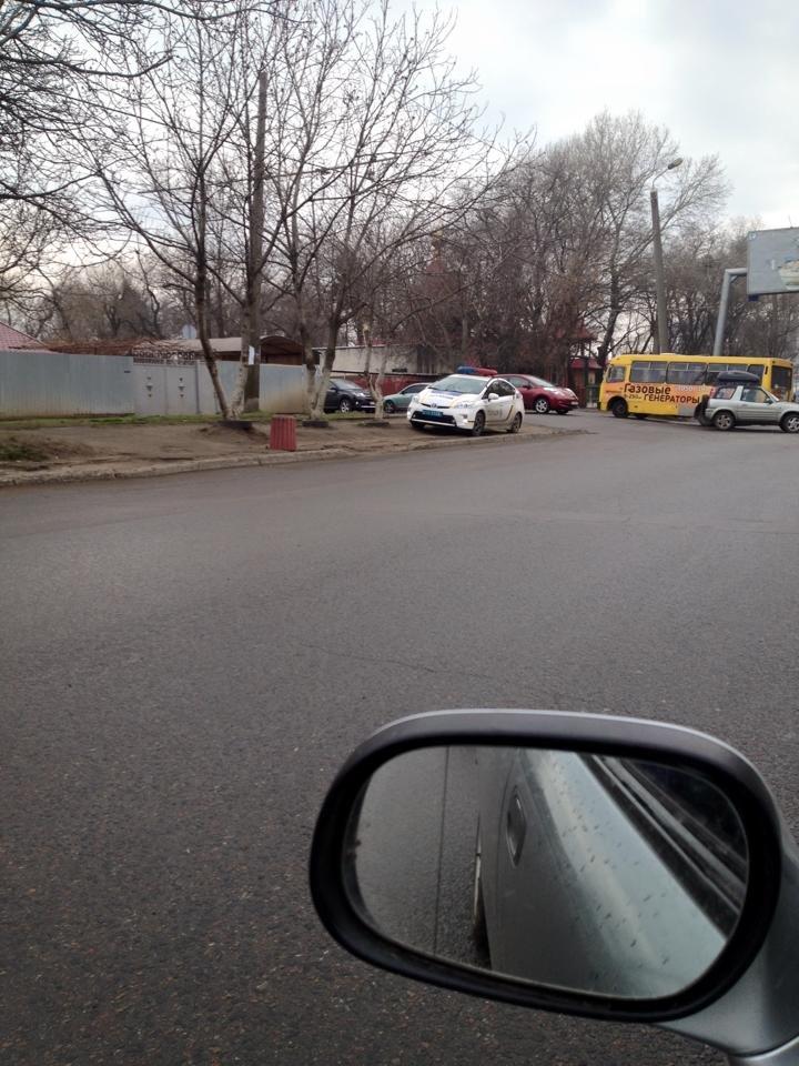 Ведут себя как цари: Одессит обнаружил полицейских, припарковавших авто в неположенном месте (ФОТО) (фото) - фото 1