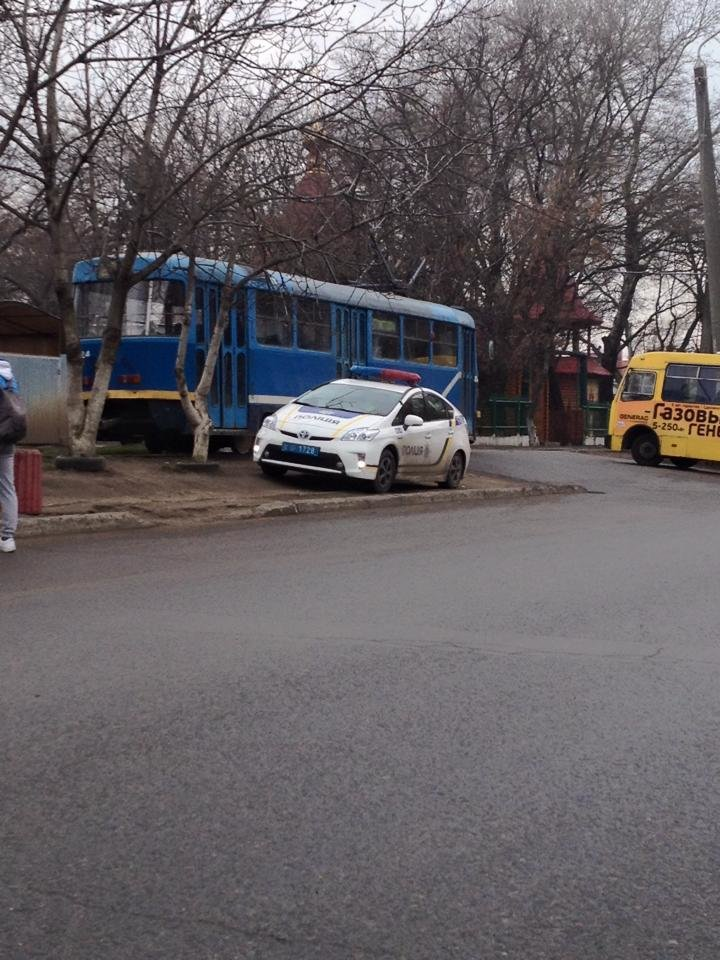 f0b7d8c8d2c8ba8b1fc9d67f0ff61048 Ведут себя как цари: Одессит обнаружил полицейских, припарковавших авто в неположенном месте