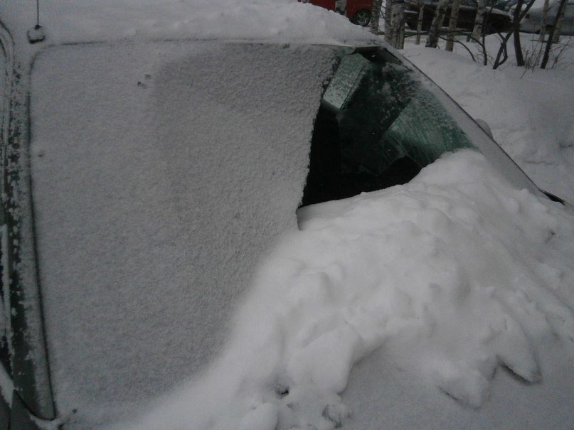 В Нижневартовске во время схода снега с крыши в очередной раз пострадал автомобиль (фото) - фото 1