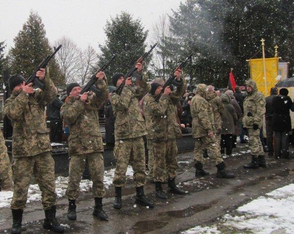 На Тернопільщині провели в останню путь бійця 14-ї механізованої бригади Юрія Коваля (фото) - фото 1