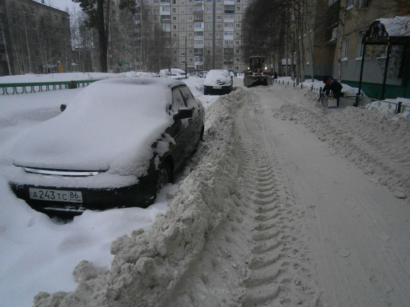 В Нижневартовске чистят снег. И вновь не все автолюбители убирают авто с проезжей части (фото) - фото 1
