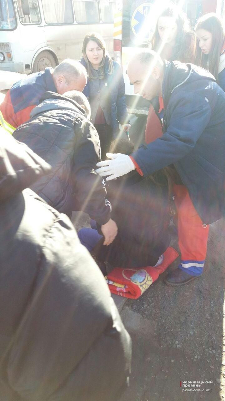У Чернівцях дівчина кинулася під колеса авто, фото-1