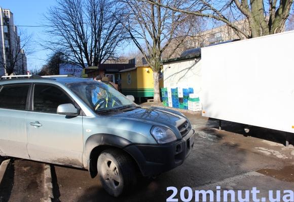 У Тернополі п'яна власниця на джипі в'їхала у власний кіоск (фото) (фото) - фото 1