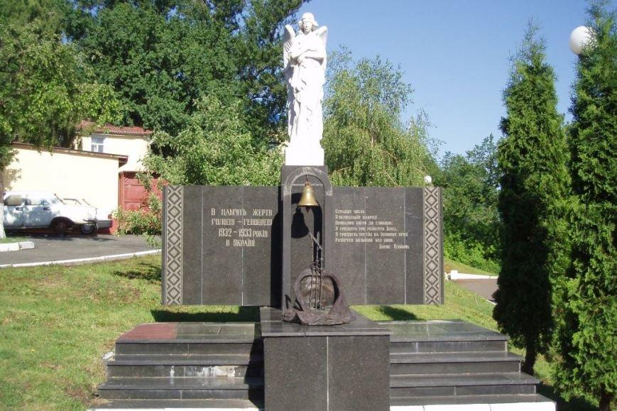 Пам'ятник_жертвам_Голодомору_на_території_МАУПу_Київ