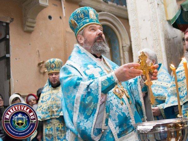 Архиепископ Макеевский Варнава отслужил Божественную Литургию в разрушенном храме (фото) - фото 2