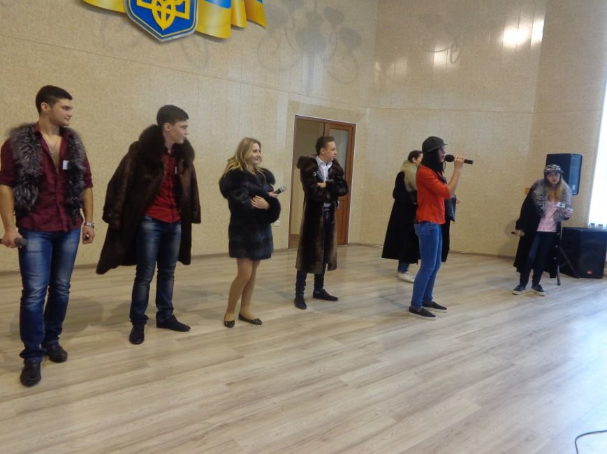 «Мы рады, что мы не такие, как все!» - в Красноармейске масштабно, зрелищно и энергично прошел студенческий КВН (фото) - фото 5