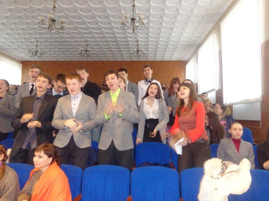 «Мы рады, что мы не такие, как все!» - в Красноармейске масштабно, зрелищно и энергично прошел студенческий КВН (фото) - фото 15