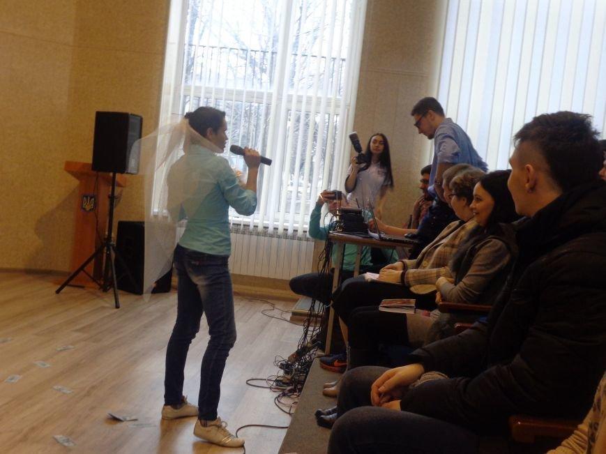«Мы рады, что мы не такие, как все!» - в Красноармейске масштабно, зрелищно и энергично прошел студенческий КВН (фото) - фото 7