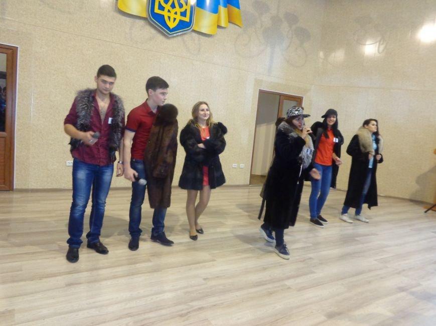 «Мы рады, что мы не такие, как все!» - в Красноармейске масштабно, зрелищно и энергично прошел студенческий КВН (фото) - фото 6
