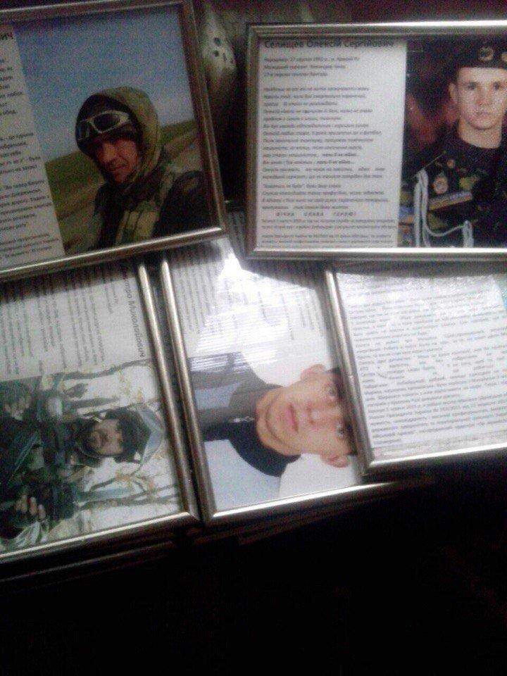 Криворожане, увидев упавшие со стенда фотографии погибших бойцов АТО, возмущались и шли дальше (ФОТО) (фото) - фото 2