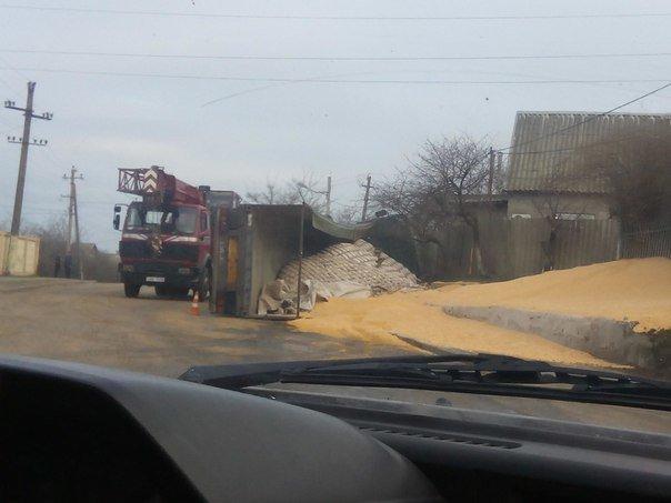 Под Одессой перевернулась фура: Спасатели смывают топливо с дороги (ФОТО) (фото) - фото 3