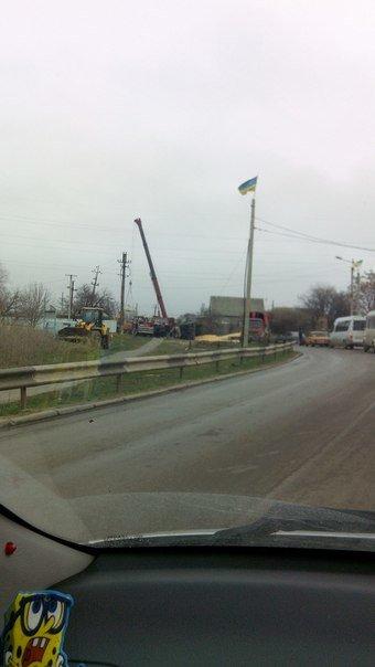 Под Одессой перевернулась фура: Спасатели смывают топливо с дороги (ФОТО) (фото) - фото 2