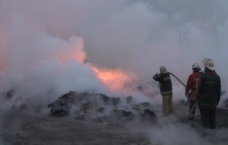 На Днепропетровщине горит завод теплоизоляционных метериалов. Гидрантов для тушения нет (ФОТО, ВИДЕО) (фото) - фото 1