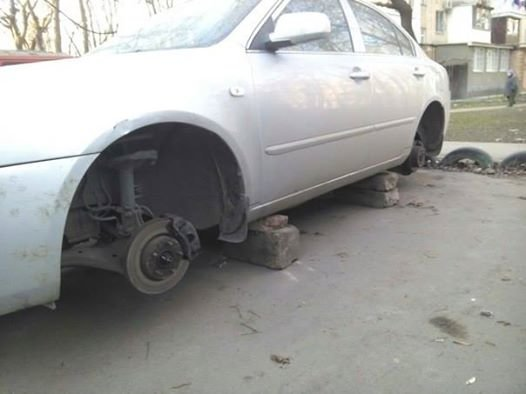В Одессе рядом с полицейским участком  разули машину (ФОТО) (фото) - фото 1
