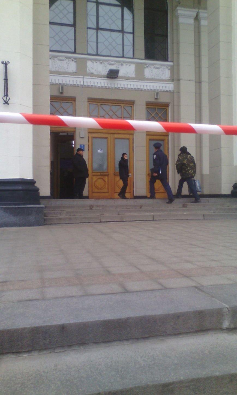 f9c243719344ddc0610b47f6413f5eab В Одессе ищут бомбу в здании железнодорожного вокзала
