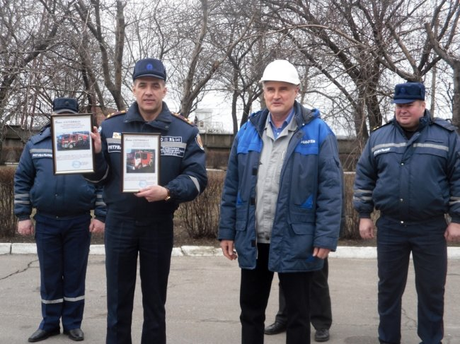 Кременчугские спасатели получили два новеньких пожарных автомобиля от ПАО