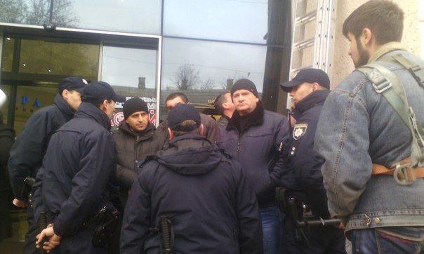 4631b3fd849437c2099afceb7d17c7fb В Одессе конфликт предпринимателей с горсоветом: Полиция на месте