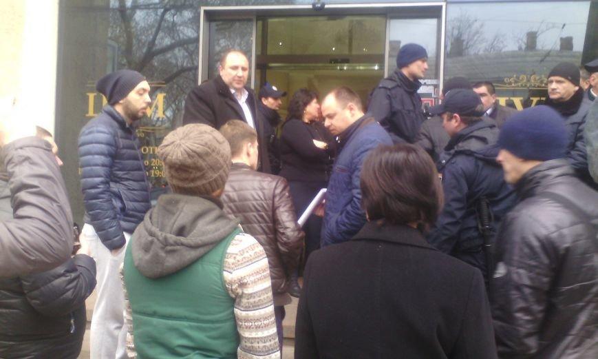 8b4aafcafda93aed0183cdef449cf66e В Одессе конфликт предпринимателей с горсоветом: Полиция на месте