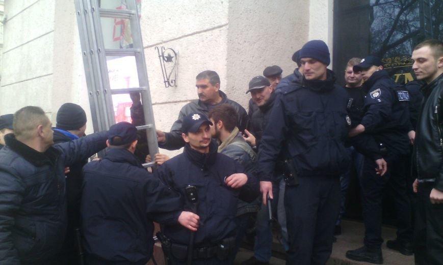 a91fdbdc5fb22fe8c0ecb8cc904b9b07 В Одессе конфликт предпринимателей с горсоветом: Полиция на месте