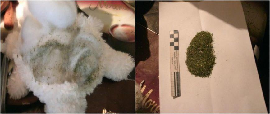 До виправної колонії на Хмельниччині жінка намагалася передати наркотичного «медведика» (фото) - фото 1