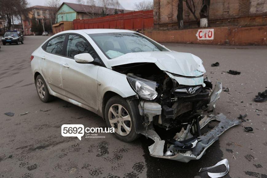 В Днепродзержинске полицейские попали в ДТП возле театра: подробности (фото) - фото 4