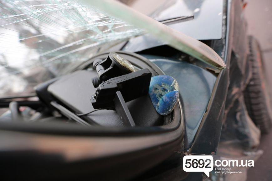 В Днепродзержинске полицейские попали в ДТП возле театра: подробности (фото) - фото 5