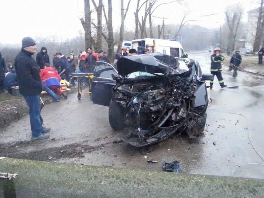 У Тернополі водій на швидкості зніс електроопору, є потерпілі (Фото, відео), фото-2