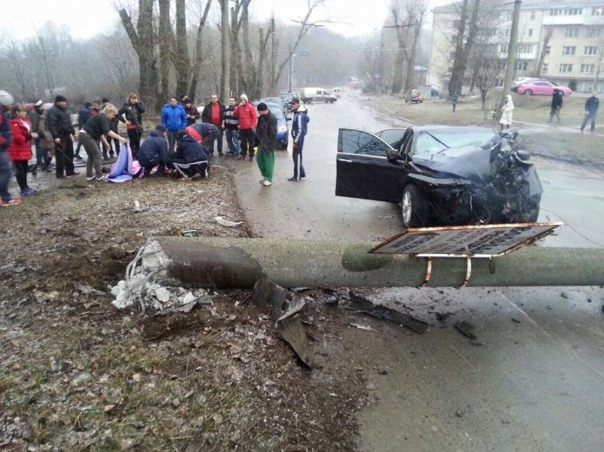 У Тернополі водій на швидкості зніс електроопору, є потерпілі (Фото, відео), фото-1